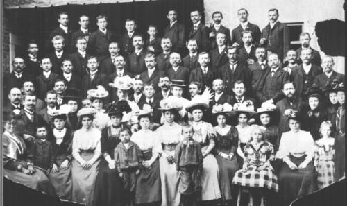 Das früheste verfügbare Bild des Gesangvereins Eintracht 1874 e.V. stammt aus dem Jahr 1910 und zeigt die Mitglieder mit ihren Familien bei einem Ausflug.